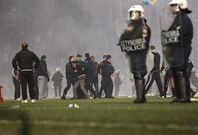 Polícia prende torcedor do Panathinaikos (Foto: AP Photo/Yorgos Karahalis)