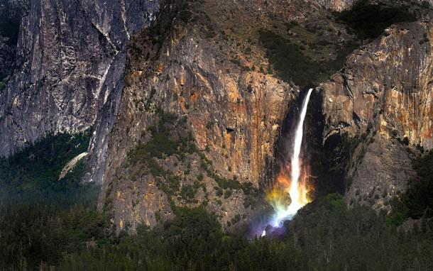cf9193bd3f Fotografia do arco-íris formado na base de uma cachoeira no Parque Nacional  de Yosemite