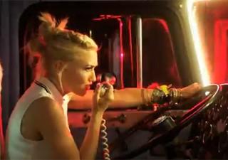 Gwen Stefani canta e dirige caminhão no clipe de 'Settle down', do No Doubt (Foto: Reprodução/YouTube)