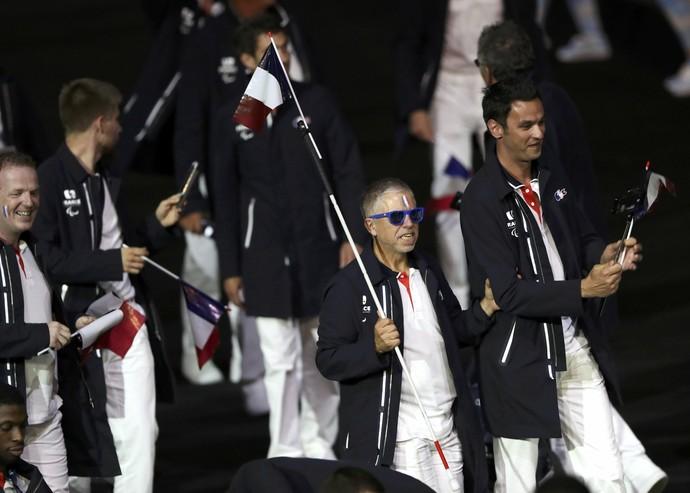 Cego, atleta francês prende bandeira à bengala na abertura da Paralimpíada (Foto: Reuters)
