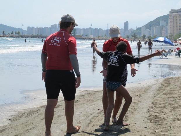 Menino passou a andar depois das aulas de surf (Foto: Mariane Rossi/G1)