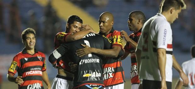 Márcio comemora gol de pênalti contra o São Paulo (Foto: Weimer Carvalho / O Popular)
