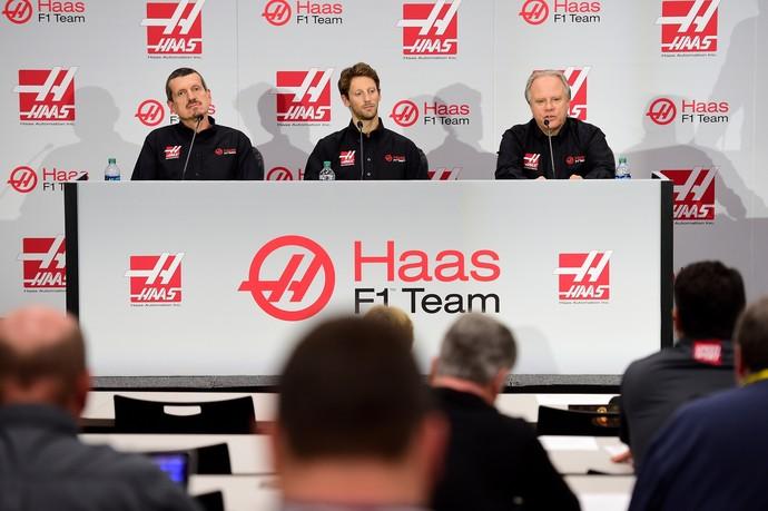 Gunther Steiner, Romain Grosjean e Gene Haas na coletiva da equipe Haas (Foto: Getty Images)