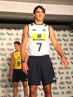giba apresentação novo uniforme de vôlei do brasil (Foto: Jorge William / Agência O Globo)
