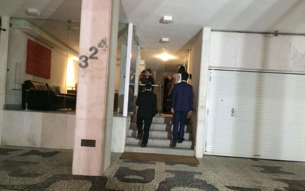 Promotores do Ministério Público Federal e agentes da PF chegam em endereço em Ipanema, na Zona Sul do Rio (Foto: Cristina Boeckel / G1)