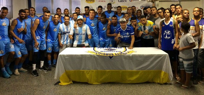 Torcida foi autorizada a entrar no Moacyrzão e ter contato com os jogadores (Foto: Gustavo Garcia)