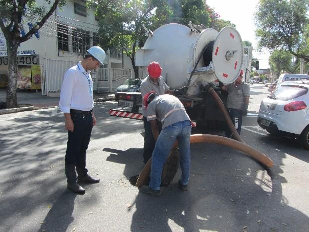 Cesan realiza limpeza em ramal localizado no Bairro República. (Foto: Isabela Araújo)