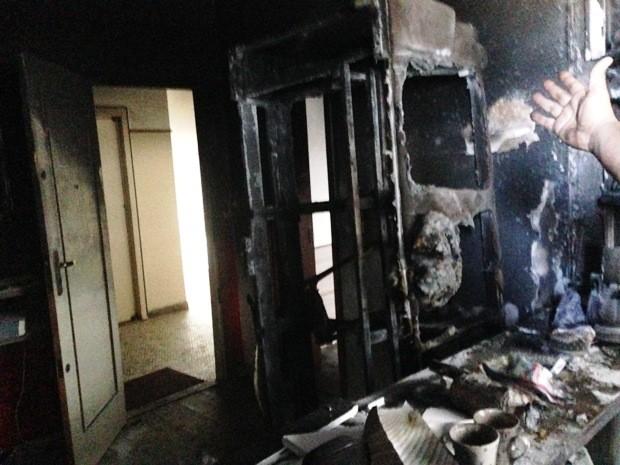 Sofá, geladeira, armário de cozinha e outros objetos foram totalmente destruídos (Foto: Luna Oliva/G1)