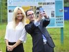 Pamela Anderson é tietada em evento de proteção dos animais na Rússia