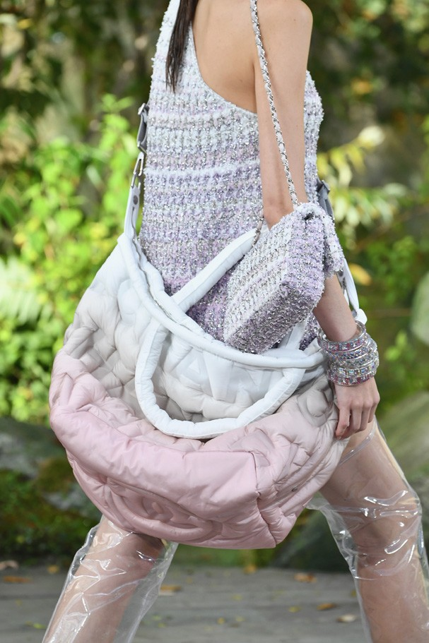 PARIS, FRANCE - OCTOBER 03:  A model,fashion detail, walks the runway during the Chanel  Paris show as part of the Paris Fashion Week Womenswear Spring/Summer 2018 on October 3, 2017 in Paris, France.  (Photo by Pascal Le Segretain/Getty Images) (Foto: Getty Images)