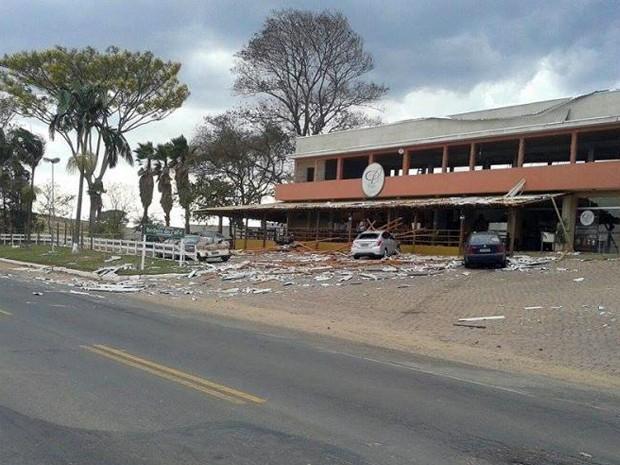 Telhado de cafeteria desabou e atingiu carros com a chuva em Andradas (MG) (Foto: Andradas Espiral)