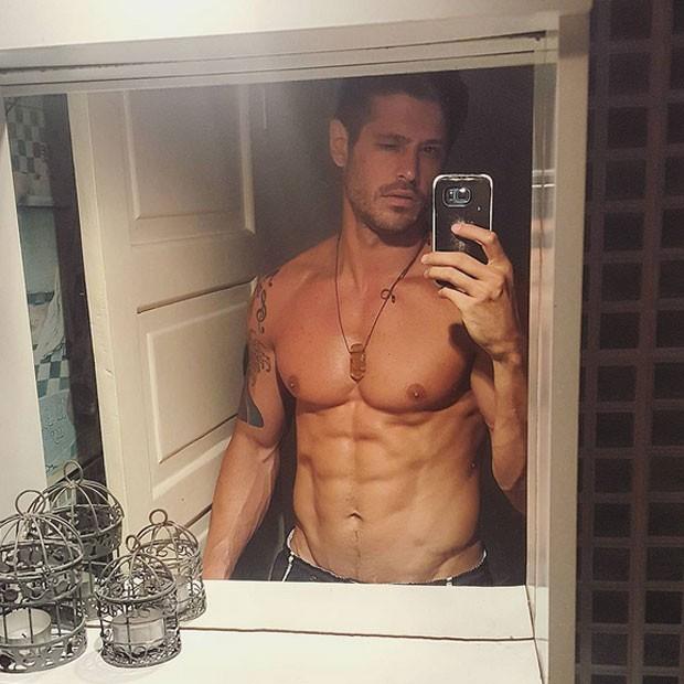 Dado Dolabella posa sem camisa e exibe abdômen sarado (Foto: Instagram/ Reprodução)