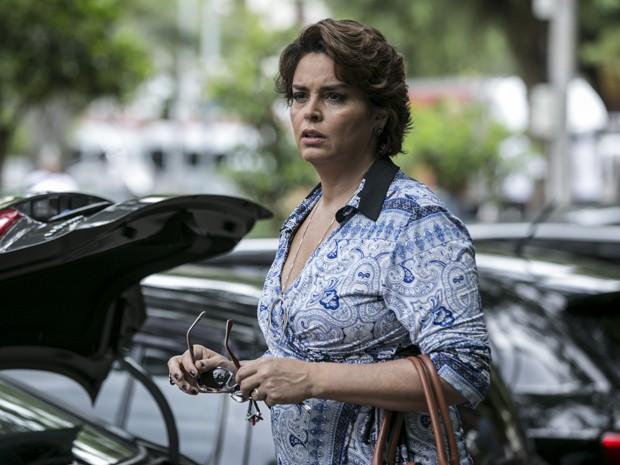Beatriz fica surpresa com o estado do ex-amante de Cláudio (Foto: Inácio Moraes/ Gshow)