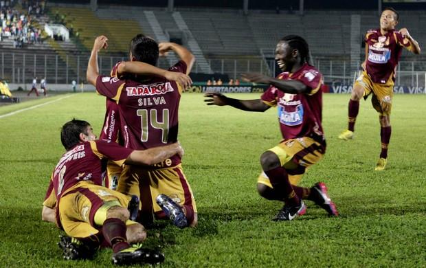 Deportes Tolima, comemoração contra Cerro Porteño (Foto: EFE)