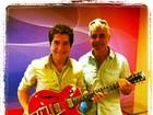 Amigo nada oculto! Lulu Santos presenteia Daniel com guitarra