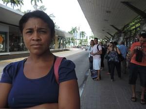 Trabalhando em San Marin, babá Maria Alves aguardava há meia hora no Derby por ônibus que leva 10 minutos (Foto: Katherine Coutinho / G1)