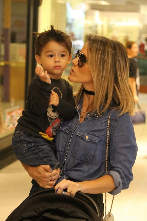 Fernanda Pontes e o filho (Foto: Daniel Delmiro / AgNews)