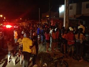 Um dos homicídios aconteceu em Mangabeira, e atraiu uma multidão de curiosos (Foto: Walter Paparazzo/G1)