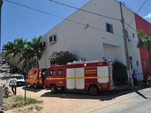 Estrutura metálica desabou em fábrica de Nova Serrana (Foto: Luciano de Assis/Jornal O Popular)