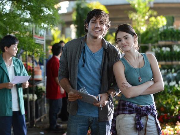 Bento (Marco Pigossi) e Giane (Isabelle Drummond) trabalham em floricultura (Foto: TV GLOBO / Bob Paulino)