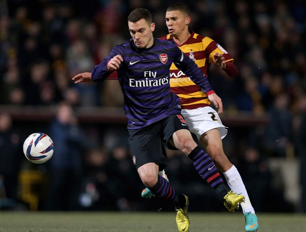 Thomas Vermaelen do Arsenal e Nahki Wells do Bradford City (Foto: Getty Images)