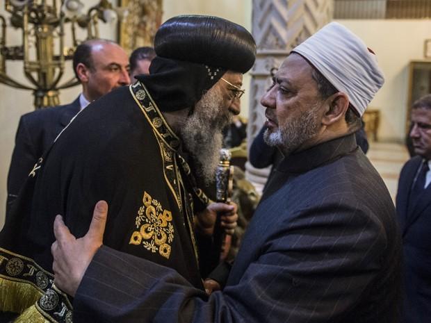 O grande imã da Al Azhar, o xeque Ahmed al-Tayeb, à direita, oferece suas condolências à ao Papa Teodoro II, da Igreja Ortodoxa Copta de Alexandria, no Cairro, na segunda-feira (16), um dia após divulgação de vídeo por Estado Islâmico em que 21 cristãos coptas egípcios seriam decapitados (Foto: Khaled Desouki/AFP)