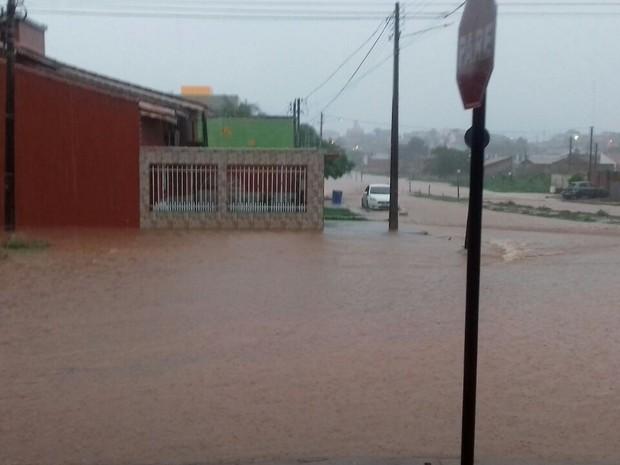 Casas e ruas ficaram alagadas em pelo menos cinco bairros de Pimenta Bueno após forte chuva (Foto: Pimenta Virtual/Reprodução)