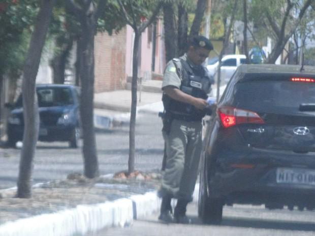 Policial militar foi flagrado mediando venda de gabarito  (Foto: Polícia Civil)