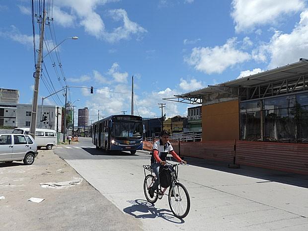 Avenida Cruz Cabugá resume parte dos problemas enfrentados no Recife: ciclista circula sem segurança, fora de ciclovia; e obra atrasada de estação do BRT no corredor Norte-Sul (Foto: Marina Barbosa / G1)