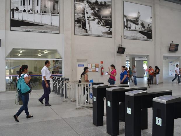 Catracas para cobrança de passagem não são utilizadas nos terminais de ônibus de Mogi das Cruzes (Foto: Maiara Barbosa/ G1)