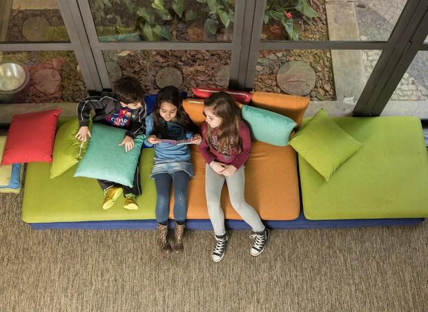 Crianças na biblioteca compartilhando um momento de leitura coletiva (Foto: Marcus Steinmeyer)