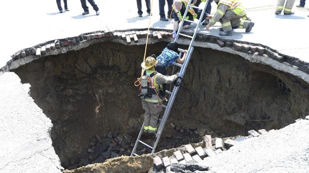 Imagem divulgada pelos bombeiros mostra o momento do resgate de Pamela Knox (Foto: AFP)