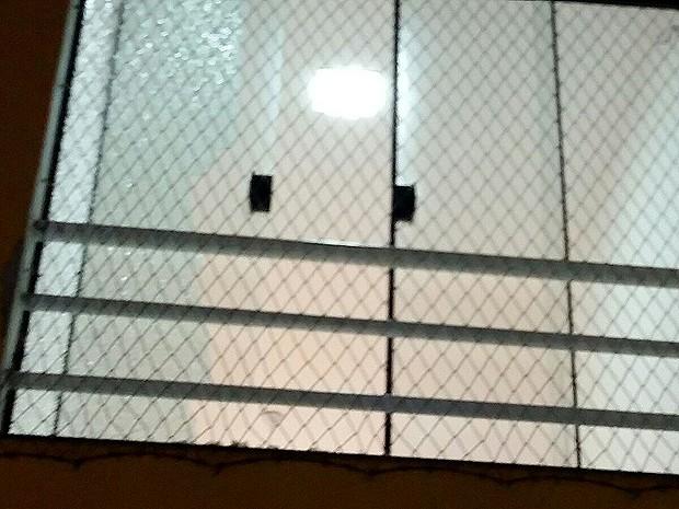 Em tentativa de assalto, tiro atinge janela de edifício em São Luís, MA (Foto: G1)