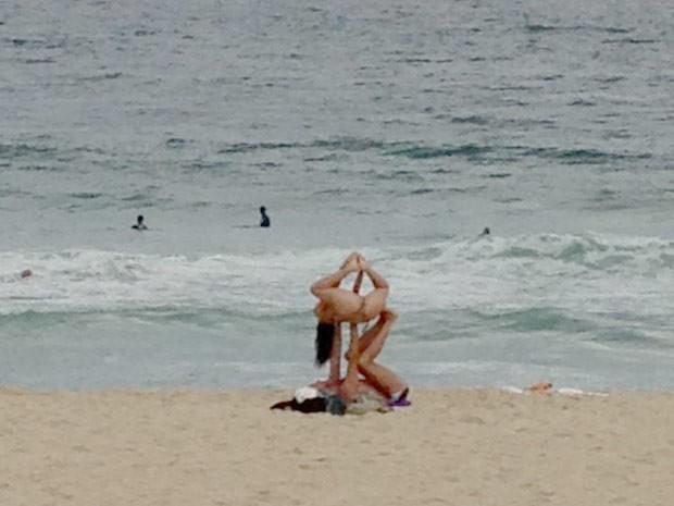 Casal em pose inusitada durante prática de yoga na Praia de Ipanema (Foto: Felipe Cunha/Arquivo Pessoal)