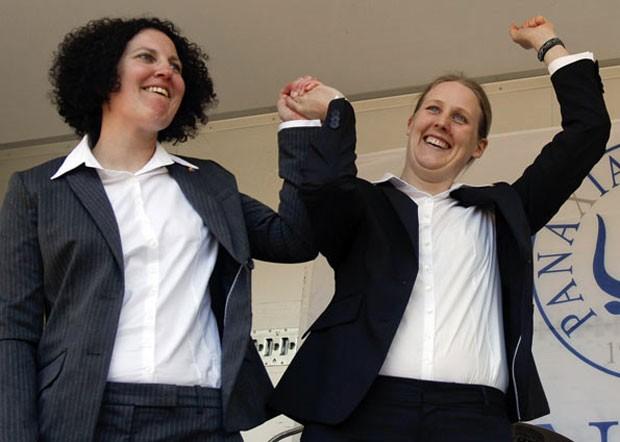 Alexandra Ejnerstam (esquerda) e Asa Andersson se casamento no parque Humlegarden, em Estocolmo, na Suécia, em 2009, após o país aprovar lei sobre o casamento gay (Foto:  Bob Strong/Reuters)