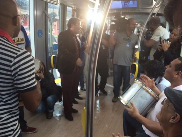 Cantor Marquinhos Oswaldo Cruz comanda roda de samba no VLT antes da inauguração do transporte (Foto: Alba Valéria Mendonça/G1)