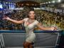 Cinthia Santos usa vestido coladinho em ensaio de escola de samba