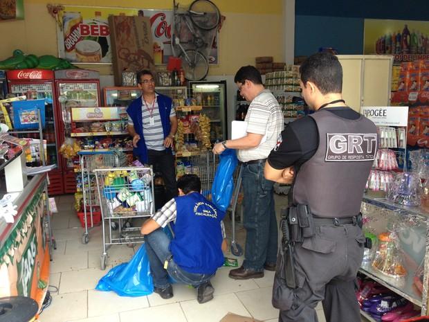 Produtos vencidos encontrados em supermercado no bairro Silvio Leite  (Foto: Vanessa Lima/G1 RR)