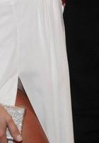 Opa! Giovanna Ewbank acaba mostrando calcinha bege em festa vip
