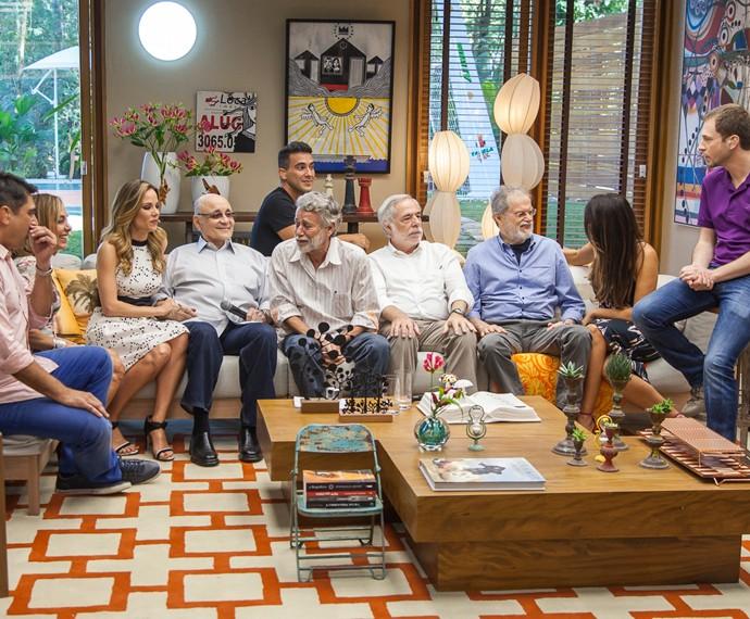 Pais fazem supresa para apresentadores do 'É de casa' (Foto: Artur Meninea/Gshow)