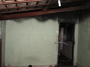 Alguns cômodos da casa foram atingidos (Foto: Ermenson Rodrigues/Panorama Notícia/Cedida)