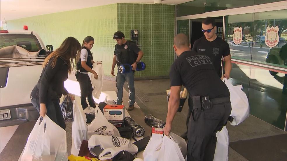 Produtos apreendidos com grupo suspeito de furtar lojas em 8 estados e no DF (Foto: TV Globo/Reprodução)