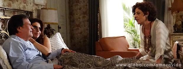 Gigi ainda consegue ser irônica com a esposa do administrador... (Foto: Amor à Vida / TV Globo)