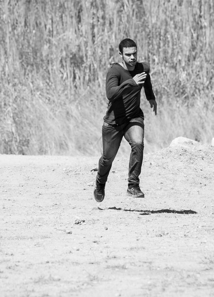Sérgio Malheiros em cena de ação (Foto: Raphael Dias / Gshow)