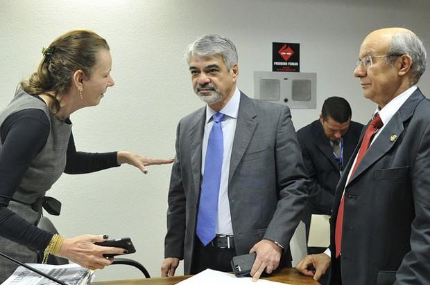 Senadores que integram a CPI do Carf conversam durante a sessão que aprovou quebra de sigilos de nove pessoas e empresas (Foto: Geraldo Magela / Agência Senado)