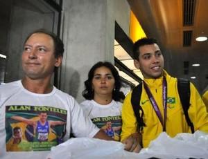 Alan Fonteles ao lado dos pais (Foto: Arquivo pessoal)