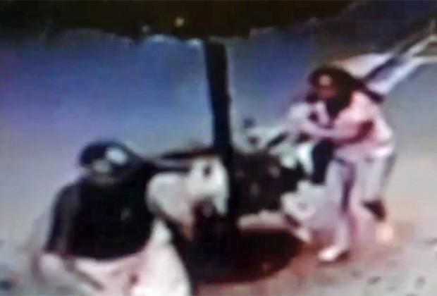 Ladrão rouba cachorro de estimação das mãos de dona em rua de São Paulo (Foto: TV Globo/Reprodução)