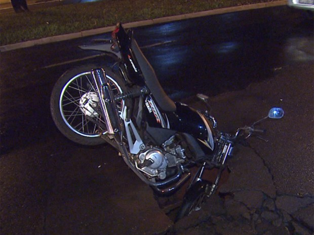 Motociclista foi engolido por cratera no asfalto em Ribeirão Preto (Foto: César Tadeu/EPTV)