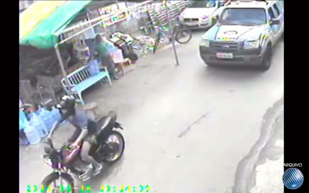Segundo investigação, Walace dirigia viatura que seguiu adolescente em moto (Foto: Reprodução/TV Santa Cruz)