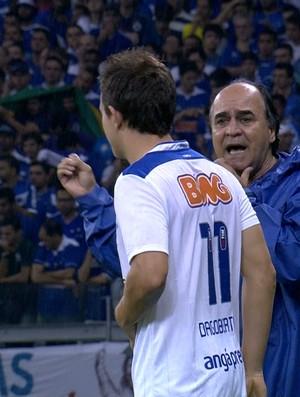 Marcelo Oliveira orienta Dagoberto à beira do campo (Foto: Reprodução / Premiere FC)